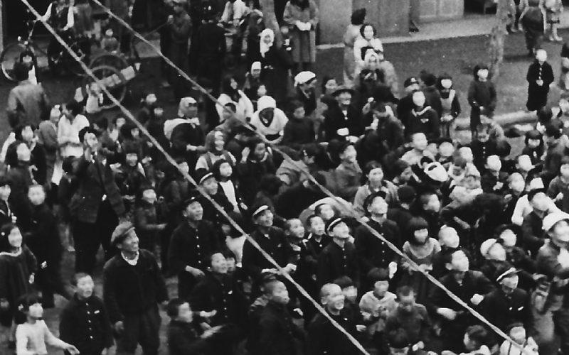 昭和28年 建前風景。餅まきに群がる人々。